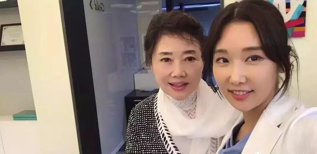 50岁冻龄美女牙医火了,沉迷自拍遭女儿投诉,网友替她喊冤:自拍太少!
