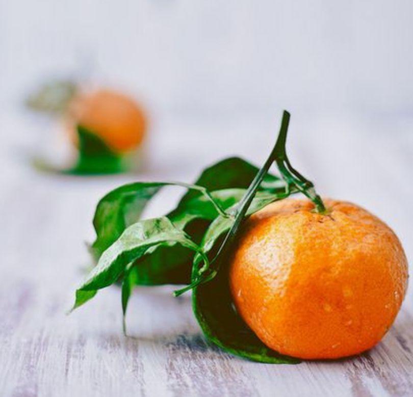 她把不剥皮的橘子直接扔进锅里炒?!结果家里人惊得合不拢嘴!