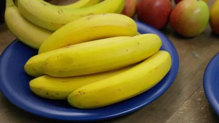【听健康】这样吃香蕉,越吃越便秘,99%都错了!正确吃法是…