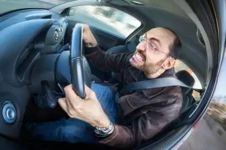 研究表明:开车时间越长,你的身体越易受伤!