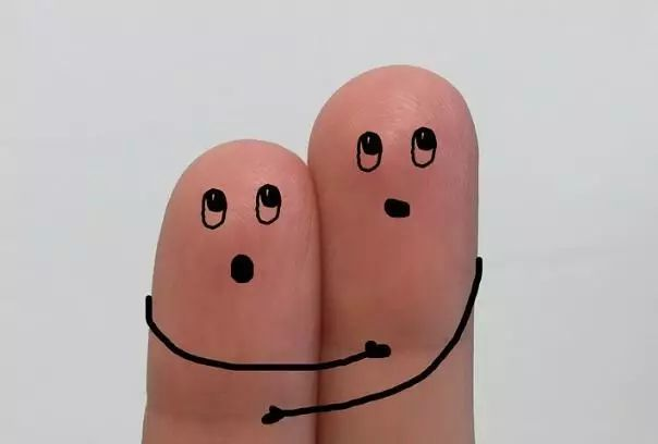 指甲上的月牙、竖纹、白点代表什么?这8种指甲问题,一出现就是大事!