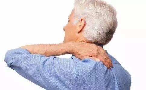 颈椎病伤在全身!最笨的办法,不动脖子,两招就搞定!