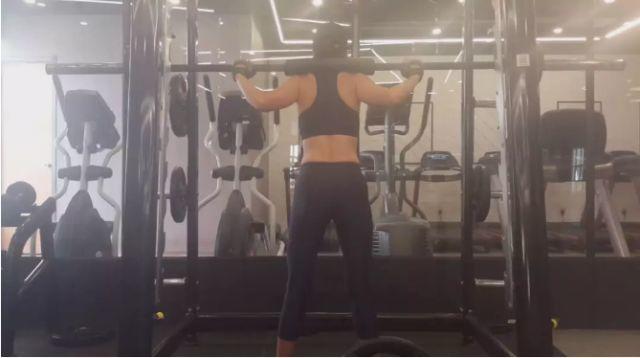 她从48岁开始健身,在52岁这年,竟有了20岁的身材?
