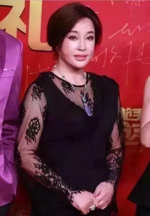 62岁刘晓庆和63岁潘虹近照,一个像18岁,一个还是60岁!