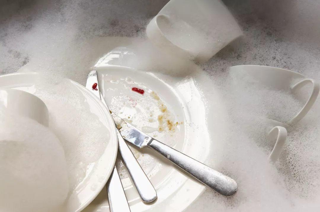 开水烫餐具真的能消毒吗?不烫会有多脏?真相竟然是...